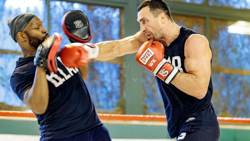 Der Schwergewichtsboxer Wladimir Klitschko (r) trainiert am 06.04.2017 im HotelStanglwirt in Going (Österreich) während einer öffentlichen Trainingseinheit mit seinem Trainer Johnathon Banks. Klitschko kämpft am 29.04.2017 gegen den britischen IBF-C