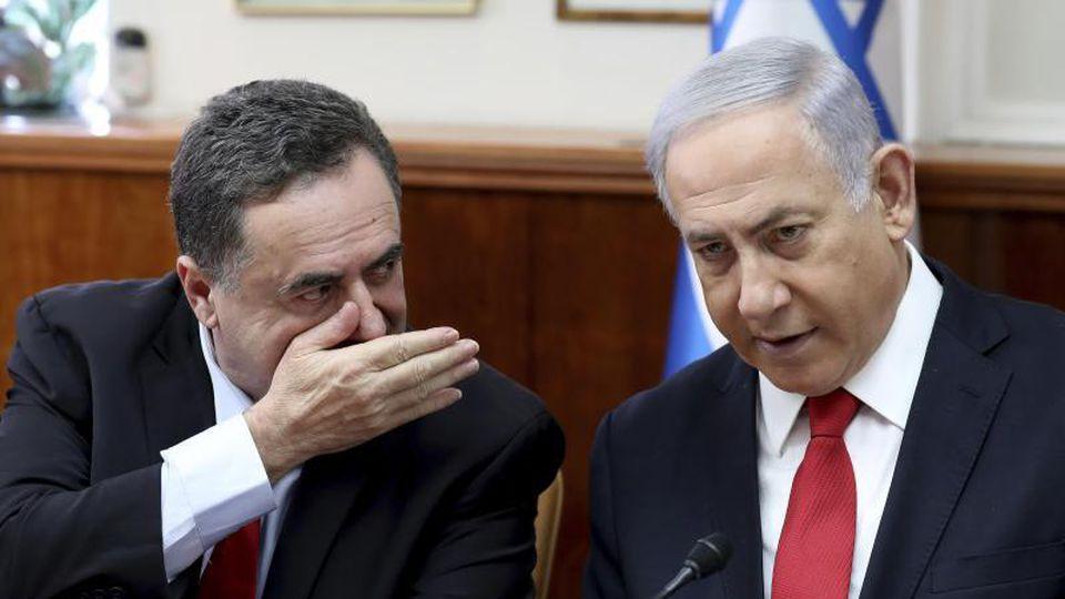 Minister Israel Katz während einer der wöchentlichen Kabinettssitzung im Gespräch mit Benjamin Netanjahu. Foto: Gali Tibbon/AFP Pool/dpa