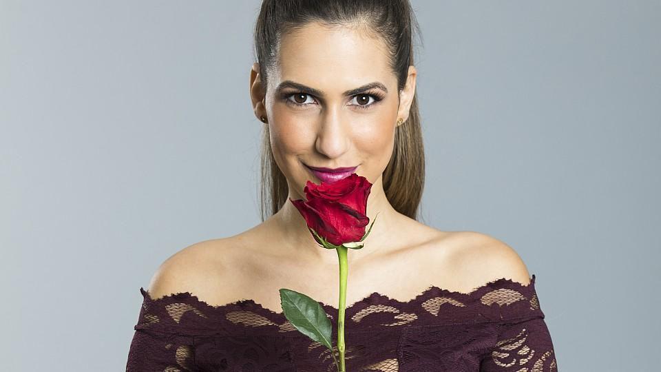 Bürokauffrau Clea-Lacy aus Rastatt bekommt die letzte Rose vom Bachelor.