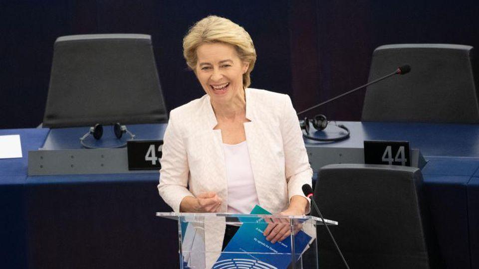Ursula von der Leyen lacht nach der Debatte nach ihrer Bewerbungsrede vor den Abgeordneten des Europaparlaments. Foto:Marijan Murat