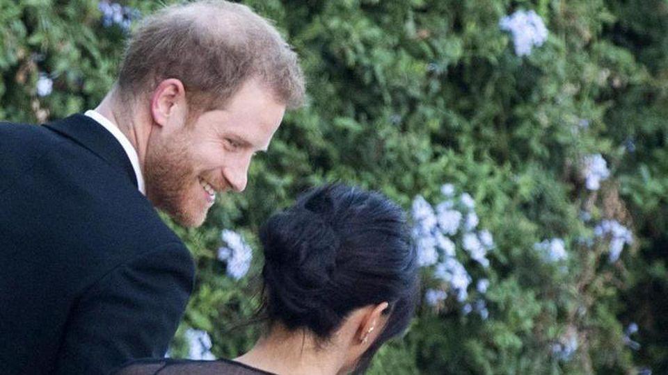 Der britische Prinz Harry und seine Frau Meghan kommen zur Hochzeit von Designerin Misha Nonoo und Michael Hess in Rom. Foto: Claudio Peri/ANSA/