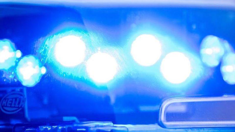 Ein Blaulicht leuchtet an einer Polizeistreife. Foto: Lino Mirgeler/dpa/Archivbild