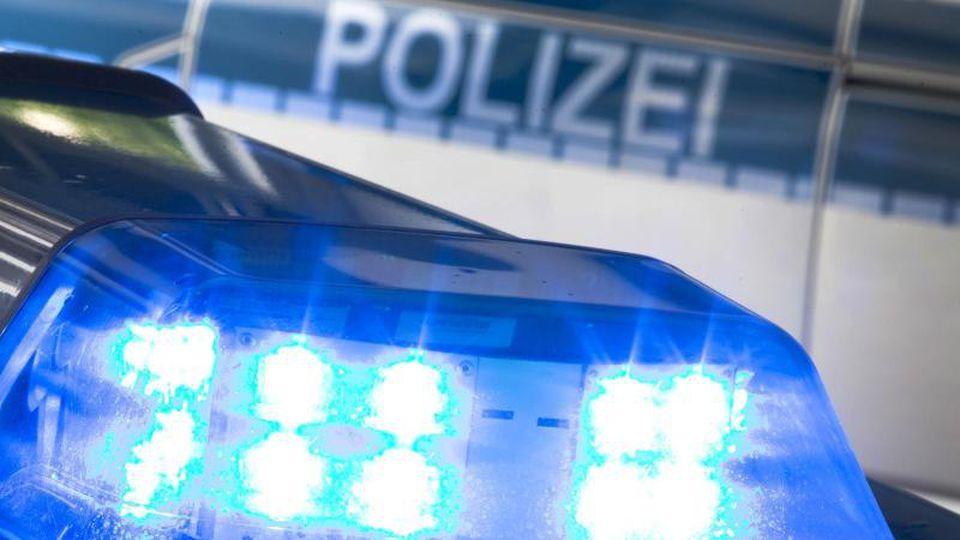 Ein Blaulicht leuchtet auf dem Dach eines Polizeiwagens. Foto: Friso Gentsch/dpa/Symbolbild