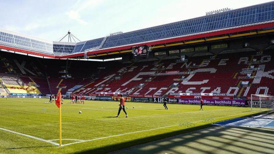 Spieler stehen vor dem Spiel auf dem Spielfeld im Fritz-Walter-Stadion. Foto: Uwe Anspach/dpa/Archivbild