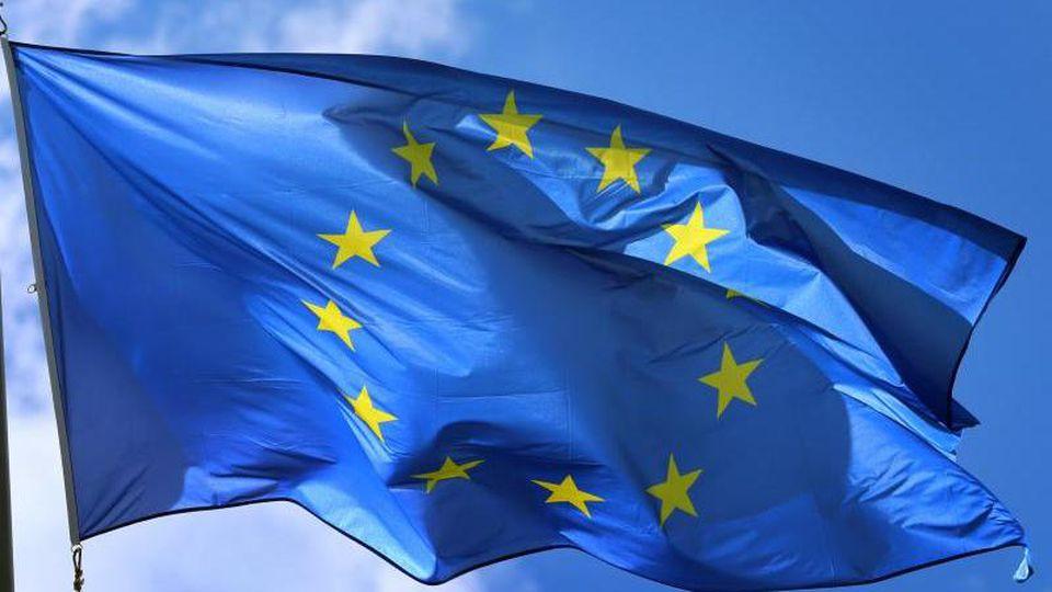 Eine Europafahne weht an einem Fahnenmast im Wind. Foto: Karl-Josef Hildenbrand/Archiv