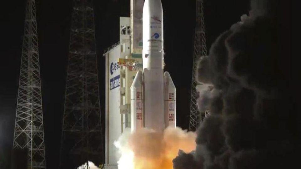 Die Trägerrakete Ariane 5 startet mit der Weltraumsonde BepiColombo an Bord. Foto: Uncredited/AP/European Space Agency/dpa/Archivbild