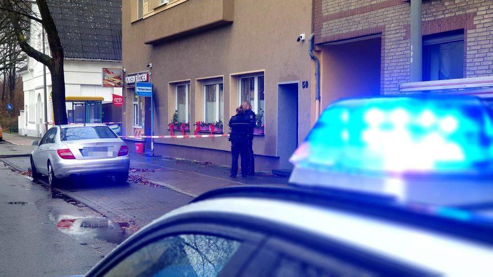 Oberhausen: Junge (2) schwer verletzt und halb nackt auf Bürgersteig gefunden.