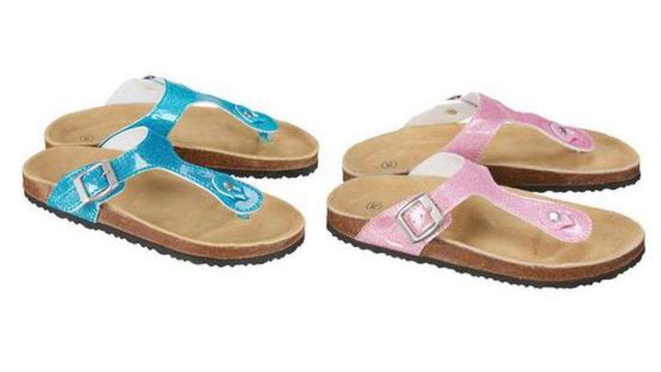 Textil-Discounter Kik ruft Glitzer-Sandalen für Mädchen zurück.