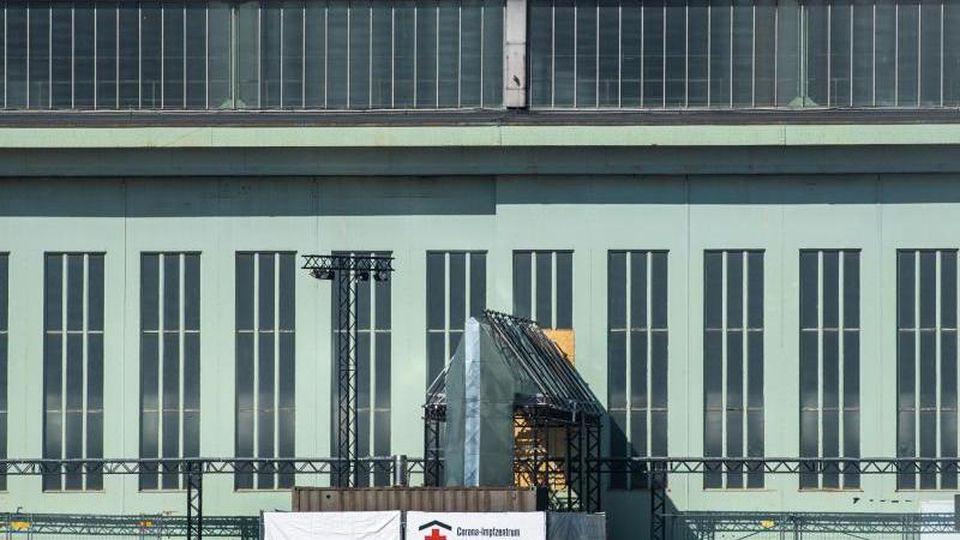Das Berliner Corona-Impfzentrum im Gebäude des ehemaligen Flughafens Tempelhof. Foto: Christophe Gateau/dpa