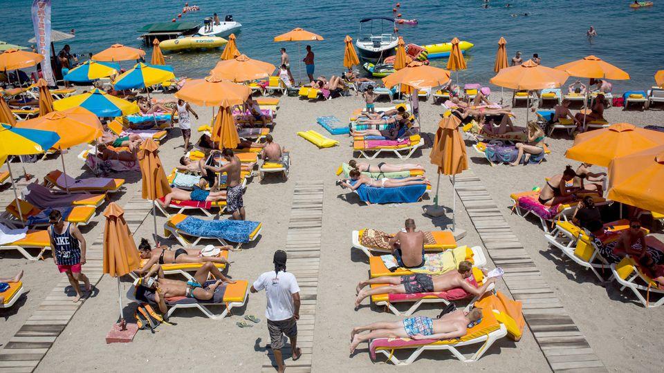 Touristen am Strand am Mittelmeer
