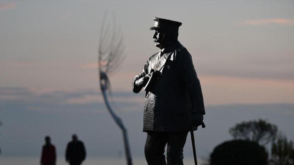 Die mannshohe Statue von Ferdinand Graf von Zeppelin am Bodensee in Friedrichshafen. Foto: Felix Kästle/dpa/Archivbild