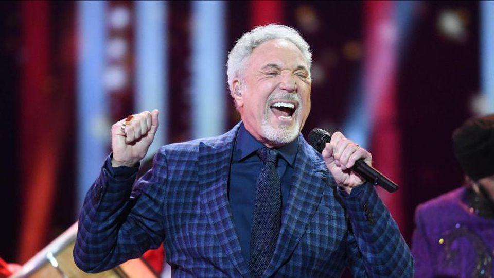 Tom Jones (hier bei einem Konzert im Jahr 2018) begeistert seine Fans mit seiner Power-Stimme. Foto: Andrew Parsons/Sunday Times/PA Wire/dpa