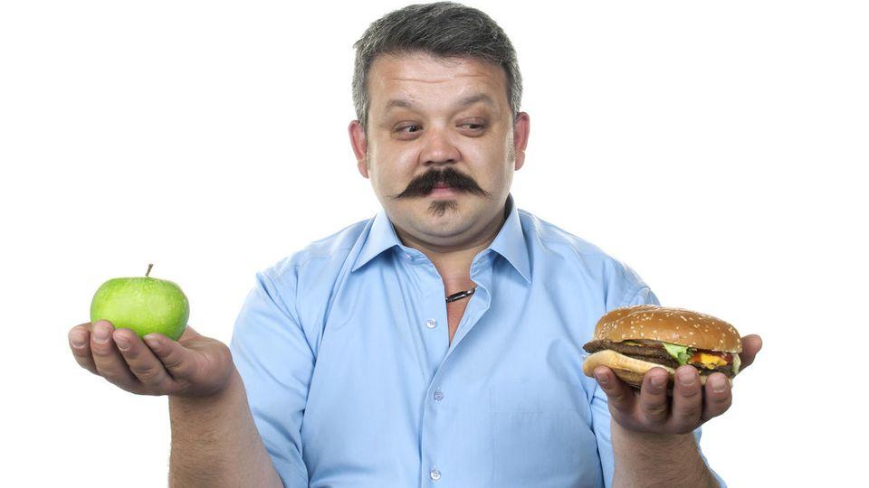 Die Wahl fällt in Deutschland häufig auf ungesundes Essen - das wirkt sich auf die Lebenserwartung aus.