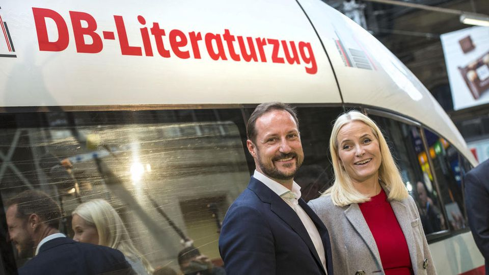 Mit dem Literaturzug der Deutschen Bahn kamen Haakon und Mette-Marit von Norwegen am Dienstag am Frankfurter Hauptbahnhof an