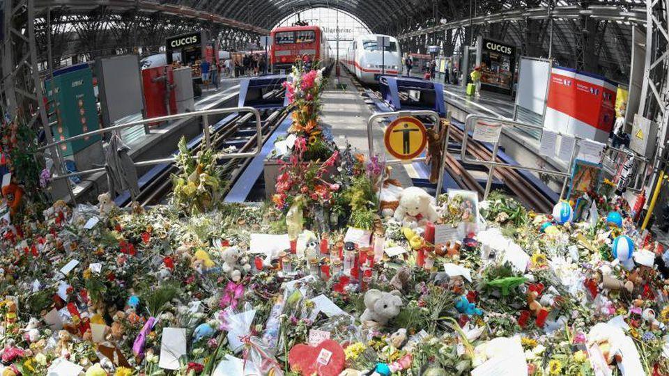 Blumen, Kuscheltiere und Beileidsbekundungen im Frankfurter Hauptbahnhof. Foto: Arne Dedert/Archivbild