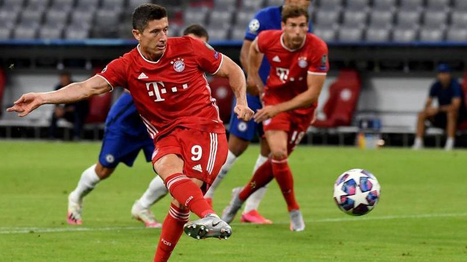 Münchens Robert Lewandowski erzielt den Treffer zum 1:0 gegen Chelsea. Foto: Sven Hoppe/dpa