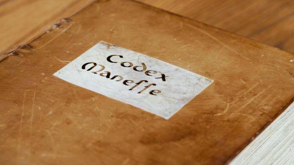 Eine originalgetreue Reproduktion des Codex Manesse liegt auf einem Tisch. Foto: Uwe Anspach/dpa/Archivbild