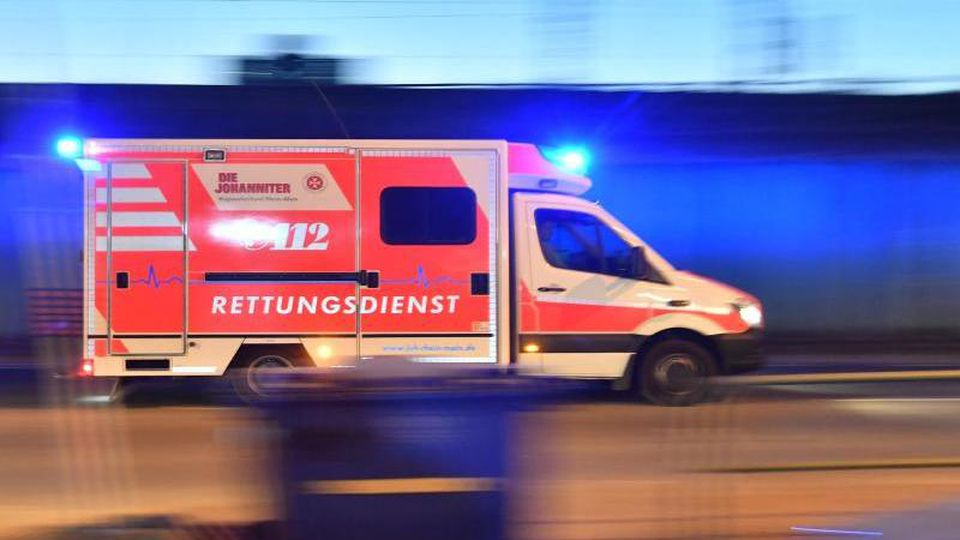 Ein Rettungswagen ist mit eingeschaltetem Blaulicht im Einsatz. Foto: Boris Roessler/dpa/Symbolbild/Archivbild