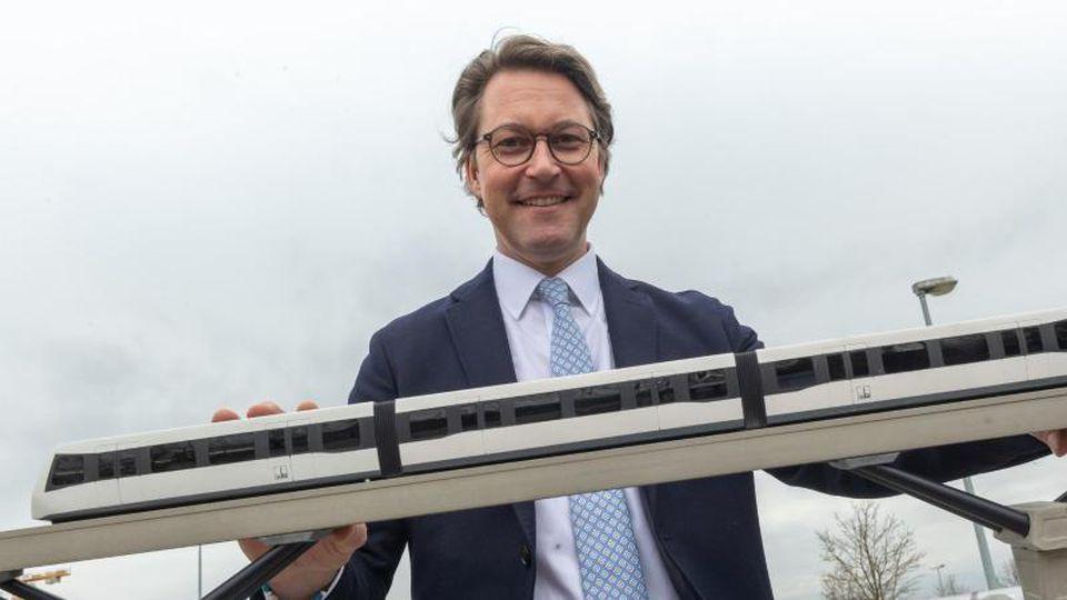 Andreas Scheuer (CSU), Bundesverkehrsminister mit einem Modell der Machbarkeitsstudie für eine Magnetschwebebahn. Foto: Peter Kneffel/dpa
