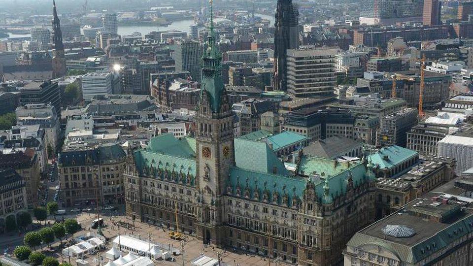 Hamburger Rathaus und Innenstadt sind zu sehen. Foto: Marcus Brandt/dpa/Archivbild