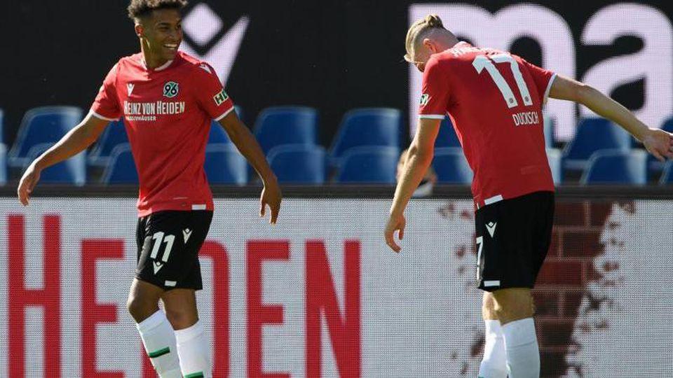Hannovers Linton Maina (l) jubelt nach seinem Tor zum 2:0 mit Hannovers Marvin Ducksch. Foto: Swen Pförtner/dpa/Aktuell