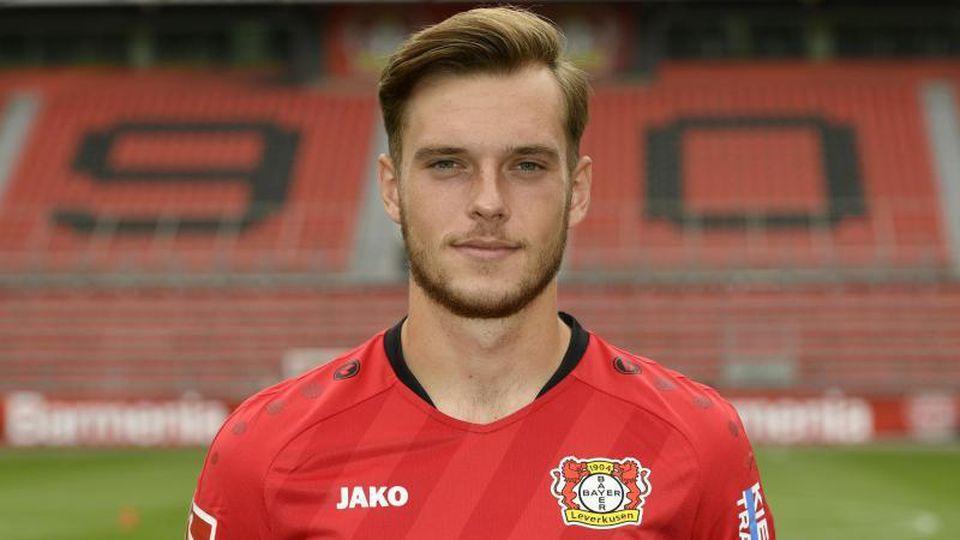 Der Leverkusener Mittelfeldspieler Adrian Stanilewicz posiert für ein Foto. Foto: Ina Fassbender/POOL/AFP/dpa