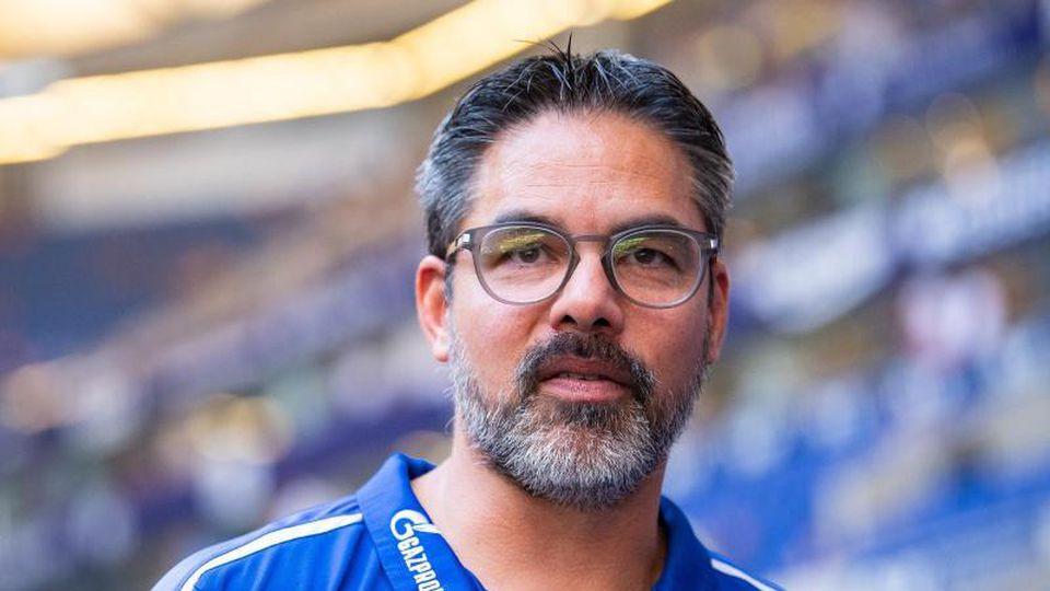 David Wagner, Trainer vom FC Schalke 04, steht am Spielfeldrand. Foto: Guido Kirchner/Archiv