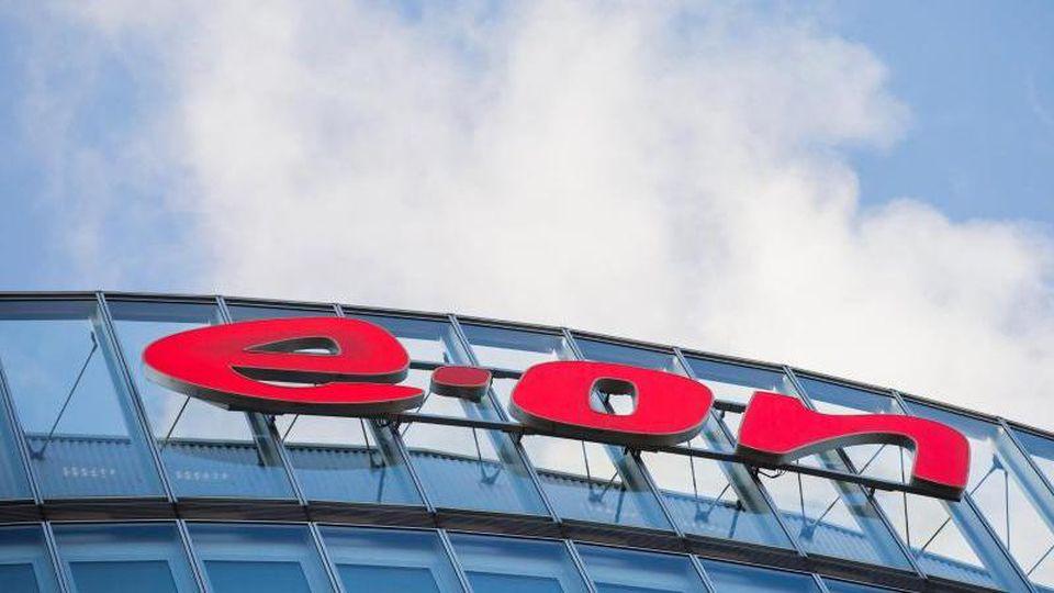 Das Logo des Energiekonzerns Eon an der Konzernzentrale. Foto: Rolf Vennenbernd/dpa/Archivbild