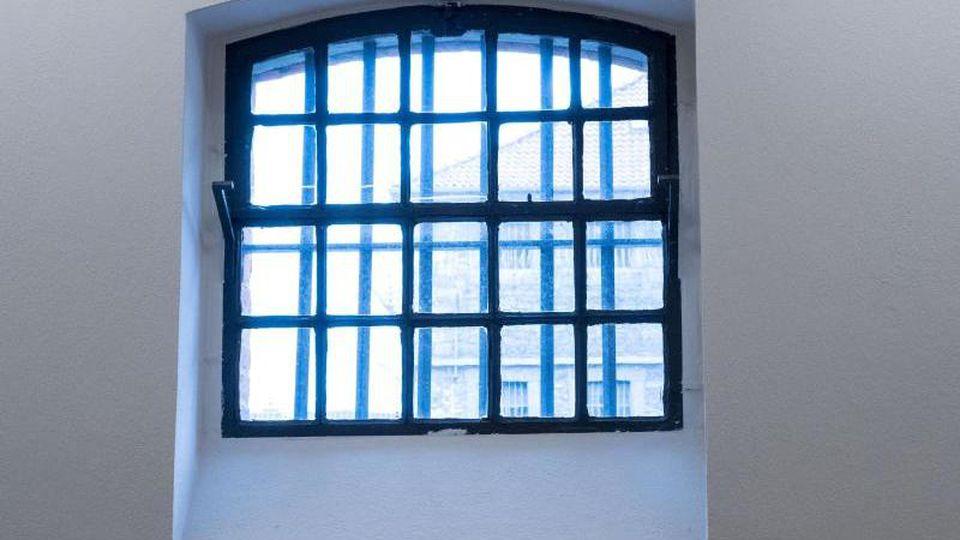 Ein Zellenfenster ist in der Gedenkstätte der JVA Wolfenbüttel zu sehen. Foto: Peter Steffen/dpa