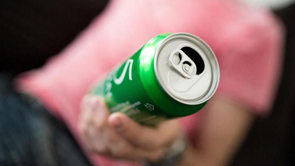 Bier erfrischt nach dem Training vielleicht ganz besonders - dem Muskelaufbau schadet es aber eher. Foto: Alexander Heinl/dpa-tmn