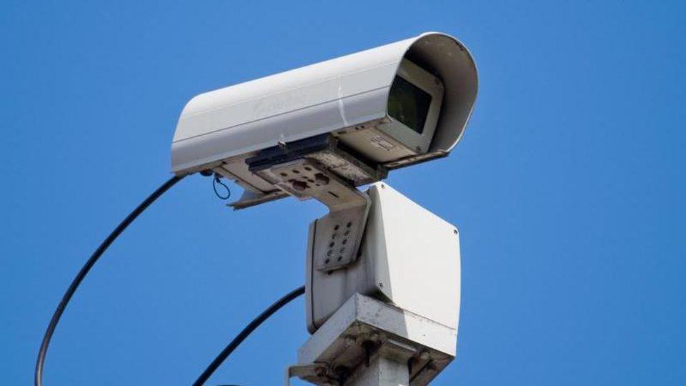 Eine Überwachungskamera filmt. Foto: Julian Stratenschulte/dpa/Archivbild