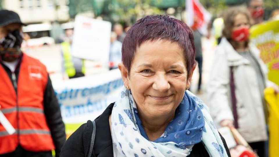 Sieglinde Frieß, stellvertretende Landesbezirksleiterin Verdi Hamburg nimmt an einer Kundgebung vor dem Rathaus teil. Foto: Christian Charisius/dpa