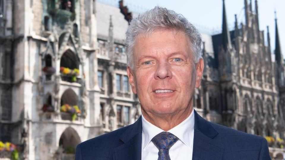 Dieter Reiter (SPD), Oberbürgermeister der Stadt München, steht auf dem Marienplatz vor dem Rathaus. Foto: Sven Hoppe/dpa/Archivbild