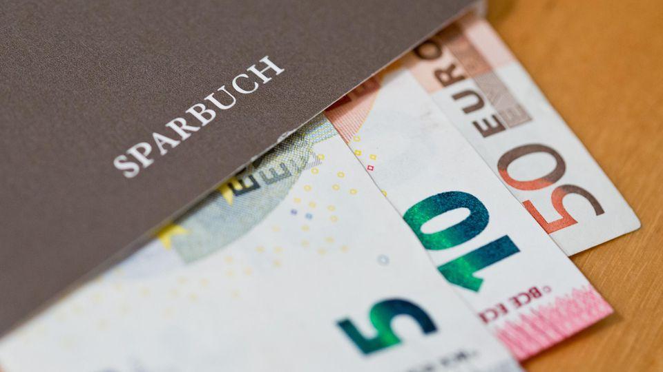 5.000 Euro Bargeld und ein Sparbuch mit 17.000 Euro Guthaben fand ein Mann in seinem Gebrauchtwagen.