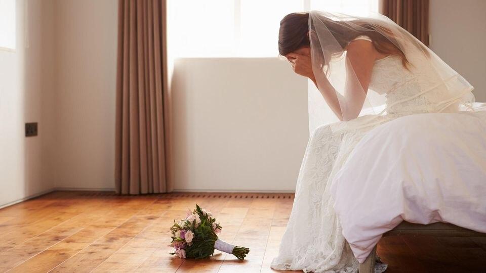 Braut stellt Bräutigam am Altar mit Fremdgeh-SMS bloß.