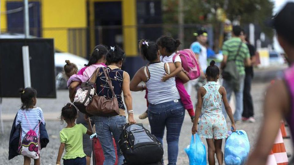 Frauen und Kinder aus Venezuela überqueren die Grenze zu Brasilien. Foto: Marcelo Camargo/Agencia Brazil