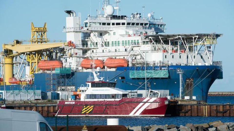 """Das russische Verlegeschiff """"Akademik Tscherski"""" liegt im Hafen Mukran auf der Insel Rügen. Foto: Stefan Sauer/dpa-Zentralbild/dpa"""