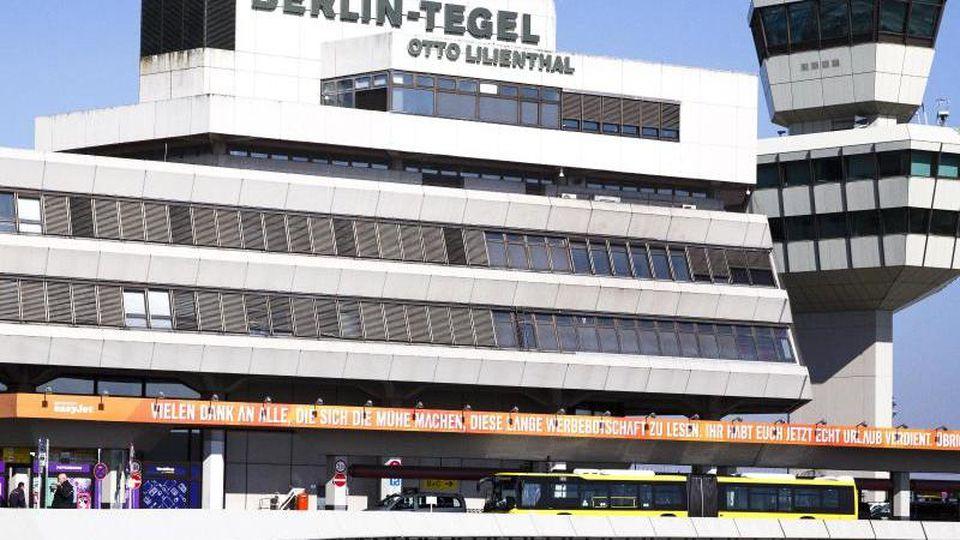 """Wenig Betrieb herrscht am """"Otto Lilienthal"""" Flughafen in Tegel. Foto: Carsten Koall/dpa/Archivbild"""