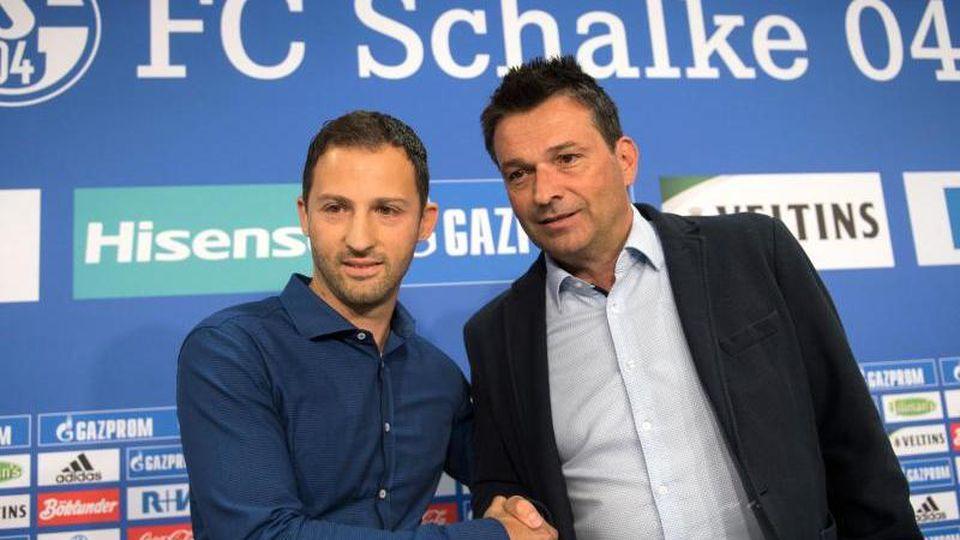 Angezählt: Schalke-Coach Domenico Tedesco (l), und Sportvorstand Christian Heidel. Foto: Bernd Thissen