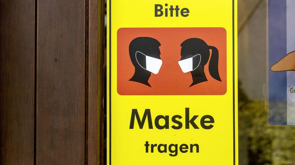 Hinweisschild. Maske tragen. // 22.07.2020, Bissingen an der Teck, Baden-Württemberg, Deutschland. *** Wearing a mask 22