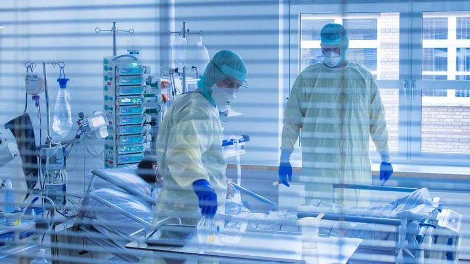 """""""Niemand baut Betten ab, aber wir haben einfach nicht das Personal, um sie zu betreiben"""", erklärt die Deutsche Interdisziplinäre Vereinigung für Intensiv- und Notfallmedizin. Foto: Jens Büttner/dpa-Zentralbild/dpa"""