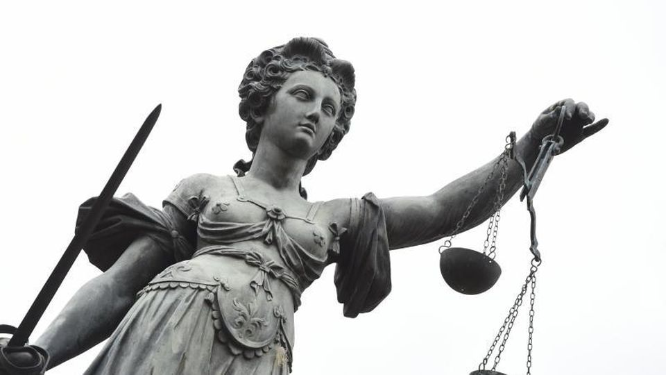Eine Bronzeplastik der römischen Göttin der Gerechtigkeit, Justitia. Foto: picture alliance/dpa/Symbolbild