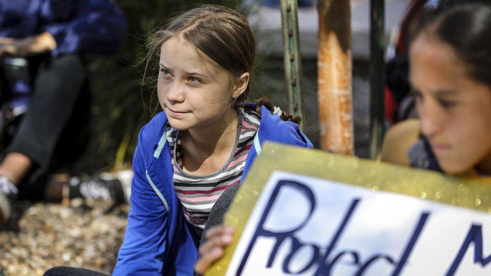 07.10.2019, USA, Rapid City: Greta Thunberg, Klimaaktivistin und Schülerin aus Schweden, sitzt mit Teilnehmern am Rande einer Demonstration. Foto: Adam Fondren/Rapid City Journal/AP/dpa +++ dpa-Bildfunk +++