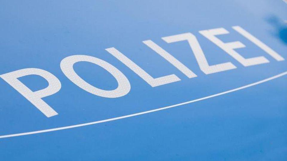 Ein Blaulicht leuchtet an einer Polizeistreife. Foto: Lino Mirgeler/dpa/Symbol