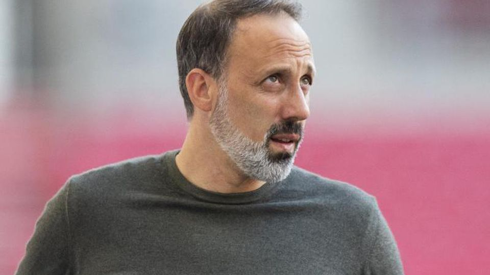 Stuttgarts Trainer Pellegrino Matarazzo steht im Stadion. Foto: Tom Weller/dpa/Archivbild