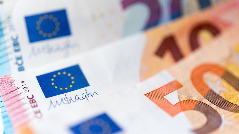 Eine alleinerziehende Mutter hat in Willich auf dem Weg zur Bank Geld verloren.