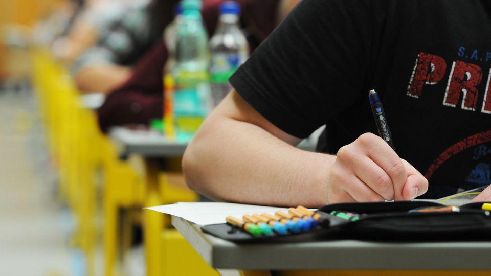 Der Deutsche Lehrerverband rät Schülern mit schlechten Leistungen, wegen der Corona-Krise lieber freiwillig die Klasse zu wiederholen.