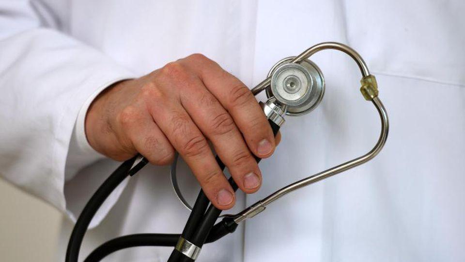 Ein Arzt hält ein Stethoskop in der Hand. Foto: Patrick Seeger/dpa