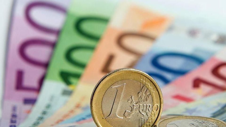 Immer mehr Arbeitnehmer zahlen in Deutschland den für Top-Verdiener gedachten Spitzensteuersatz. Foto: Daniel Reinhardt/dpa