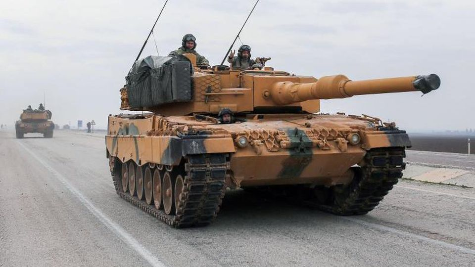 Ein türkischer Panzer vom Typ Leopard 2A4 fährt in der Nähe der syrischen Grenze auf einer Straße. Foto: XinHua